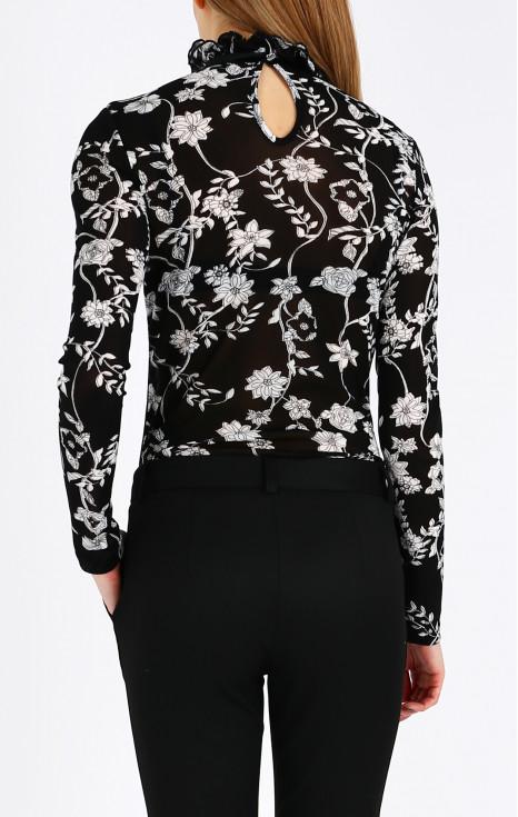 Блуза с атрактивна яка
