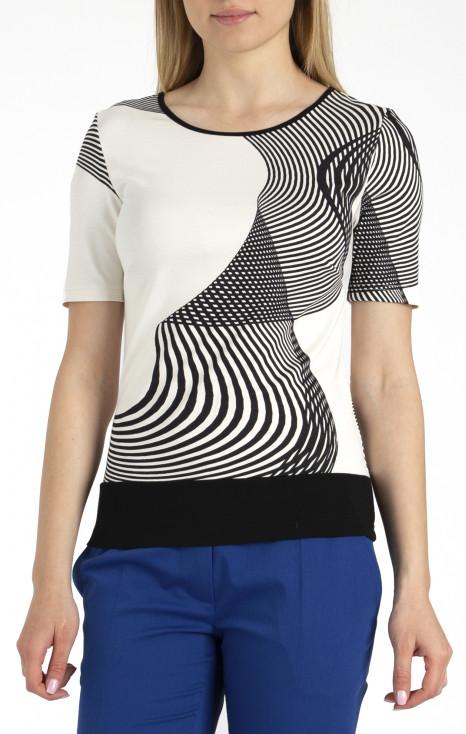 Ефектна блуза в динамично райе