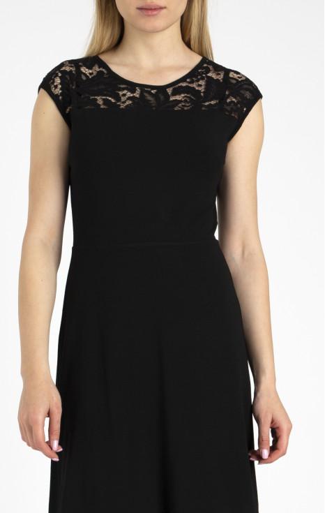 Елегантна рокля с елементи от фина дантела